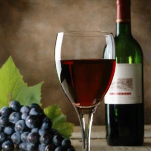 Componente no vinho leva à longevidade, mas seriam precisas 100 taças para atingir os benefícios.