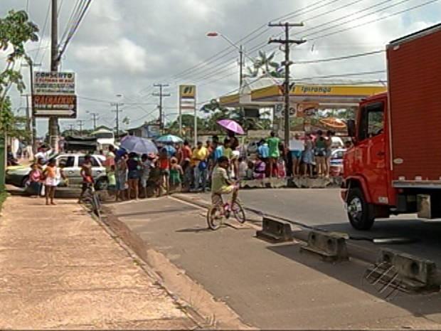 Parte da rodovia Arthur Bernardes interditada por manifestantes reivindicando saneamento básico para seus bairros (Foto: Reprodução/ TV Liberal / G1).