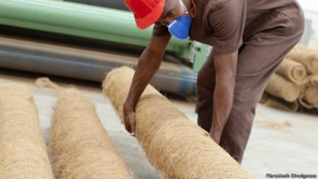 Mantas feitas da fibra do coco são usadas em encostas para conter deslizamentos.