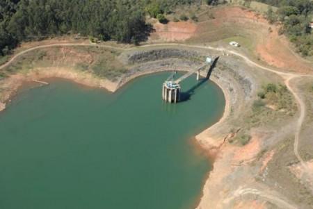 A falta de chuva diminuiu o volume de água do Sistema Cantareira, que abastece São Paulo. Foto: Sabesp/Divulgação/ABr.