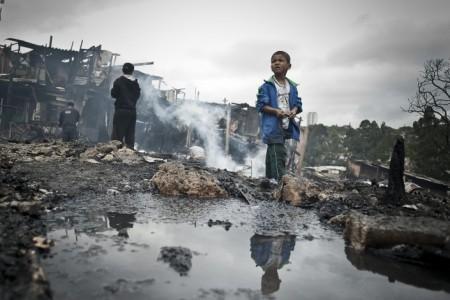 Moradia, infraestrutura, transporte, energia e emprego são alguns dos desafios das megacidades, como Rio, São Paulo e Belo Horizonte. Na imagem, criança na Favela Sônia Ribeiro, conhecida como 'favela do Piolho', atingida por um incêndio em setembro de 2012. Foto: Marcelo Camargo/ABr.