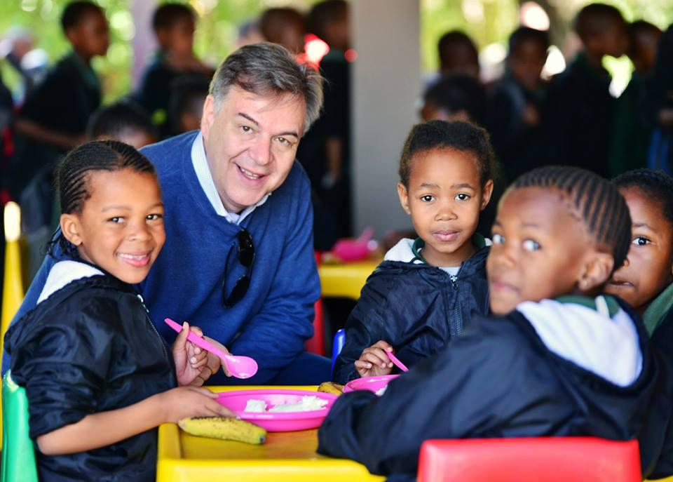 O diretor do Centro de Excelência contra a Fome, Daniel Balaban, em visita à escola agrícola Laerskool Parksig, na África do Sul. Foto: PMA/André Branco.