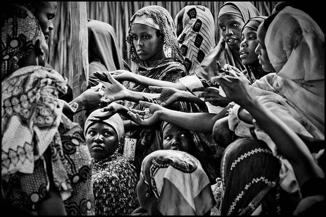 Mulheres disputam para conseguir cupons de comida em um campo de refugiados no Quênia. Foto: Flickr/Zoriah (Creative Commons).
