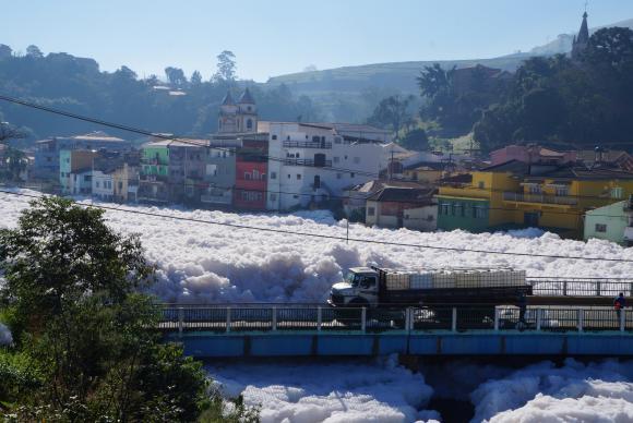 Poluição do Rio Tietê, em Pirapora do Bom Jesus, causada pelo despejo de dejetos. Foto: Divulgação/Prefeitura de Pirapora do Bom Jesus/Rafael Pacheco.