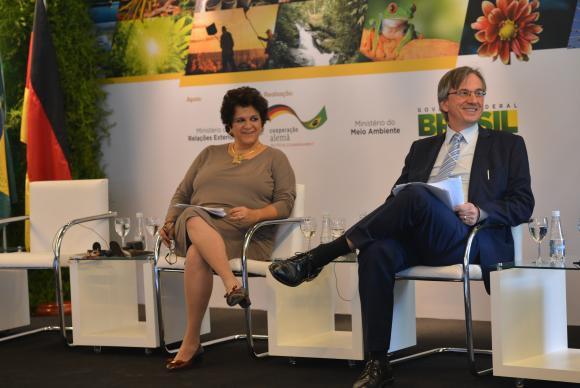 A ministra do Meio Ambiente, Izabellla Teixeira, e o embaixador da Alemanha no Brasil, Dirk Brengelmann, que firmaram nesta quarta-feira acordos de cooperação no setor ambiental. Foto: Elza Fiúza/Agência Brasil.