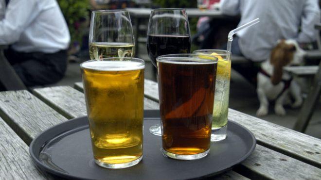 Taça de vinho e 'pint' de cerveja possuem quase o mesmo teor alcoólico.