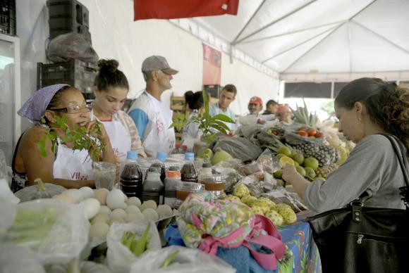 Produtos de assentamentos da reforma agrária atraem compradores em feira no Rio. Foto:Tânia Rêgo/Agência Brasil.