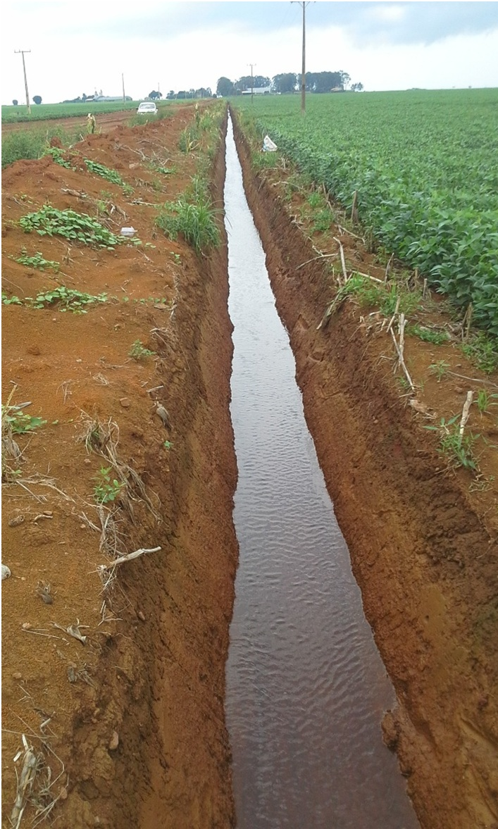 (foto_por_Rodrigo_Arroyo)Construção de drenos com o objetivo de auxiliar no escoamento do excesso de água resultante do volume de chuvas