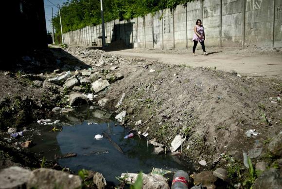 Em 2014, 57,6% dos brasileiros que vivem em áreas urbanas tinham acesso à rede de esgoto. Foto de Marcelo Camargo.