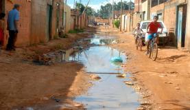 Menos de 60% dos brasileiros são atendidos por rede de esgoto. Esgoto a céu aberto. Foto: ABr.