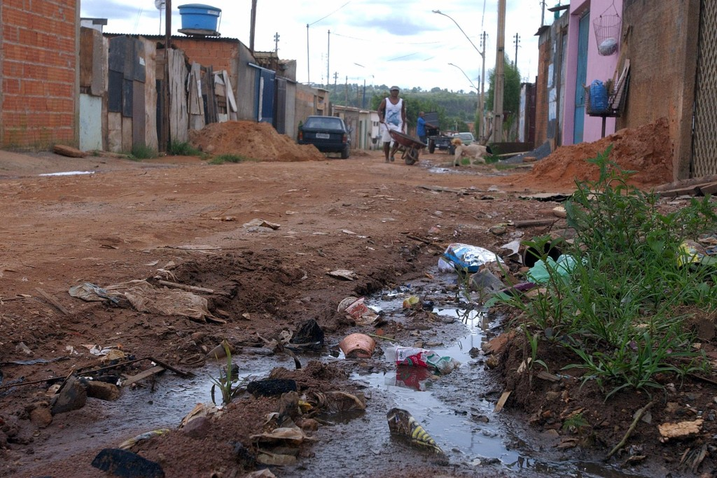 Casas à beira da Via Estrutural, no Distrito Federal. Foto: Elza Fiúza/ABr.